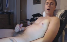 Amateur guy strokes his tiny cock